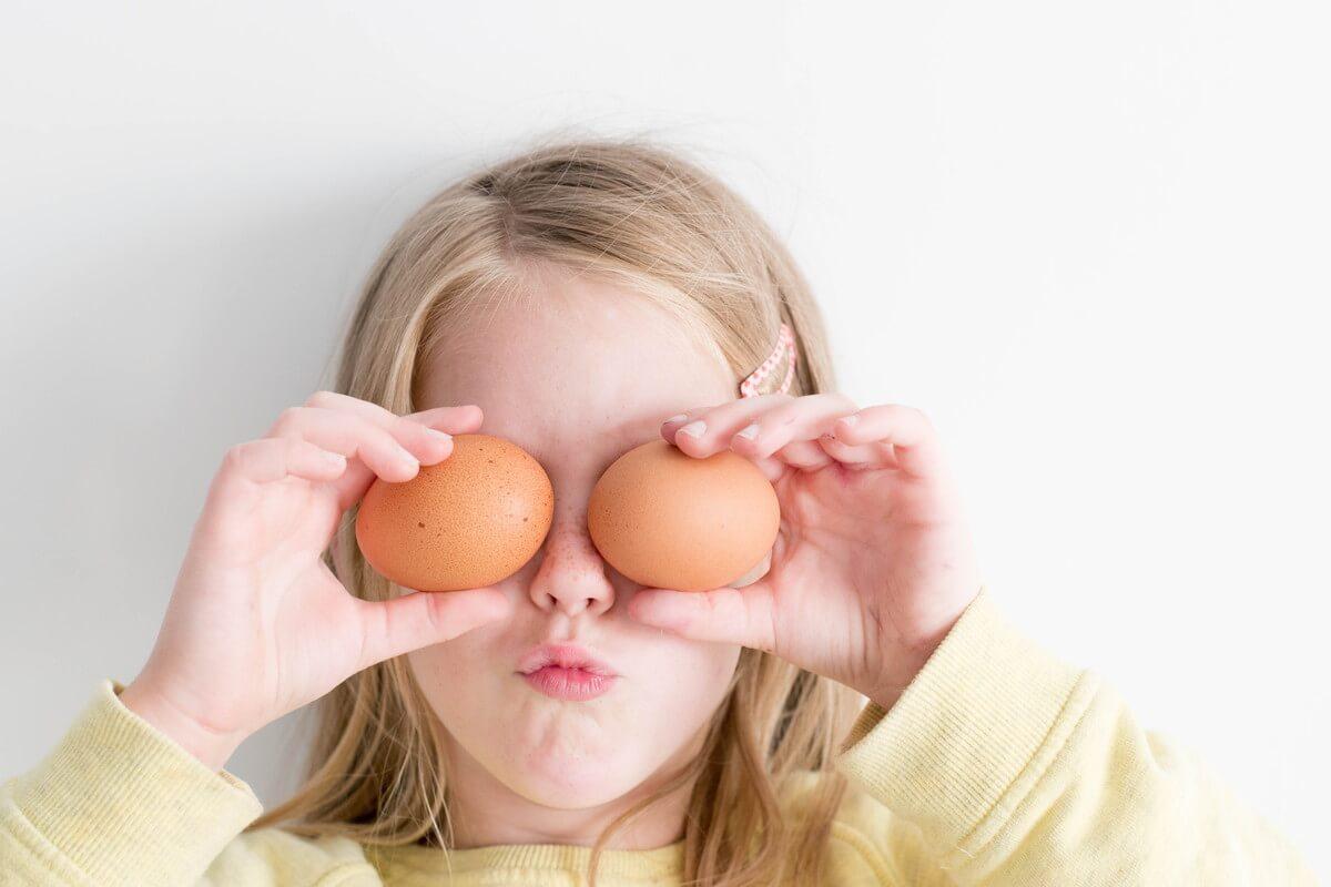 卵で目を隠している少女